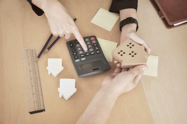 Banquero planeando préstamo de vivienda para cliente.