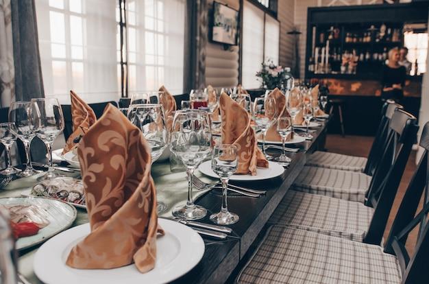 Banquete. las sillas y la mesa para invitados.