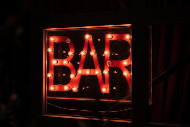 Bar firmar en luces de neón para caminantes nocturnos