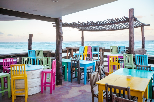 Bar restaurante de colores brillantes en la playa de arena blanca en tulum