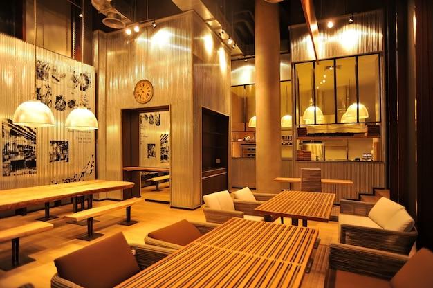 Bar tipo loft en estilo industrial.