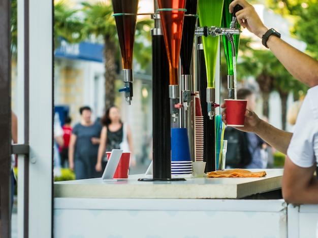 Bar de verano al aire libre con bebidas de grifo en la fiesta callejera de la ciudad.