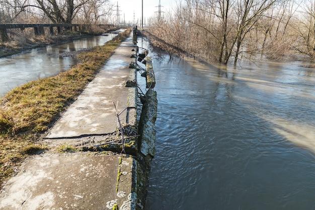 Barandillas dañadas del puente sobre el río.