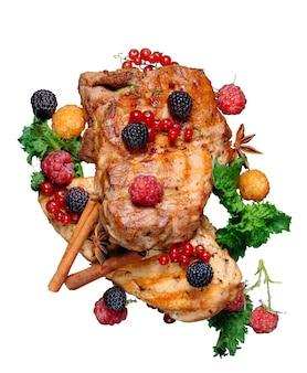 Barbacoa de carne con cebolla, pan de pita y hierbas decoradas con frambuesas aisladas sobre fondo blanco.