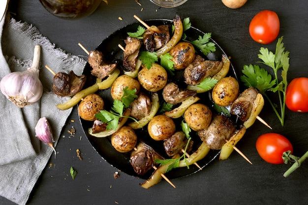 Barbacoa de hígado de pollo, patata y pimiento