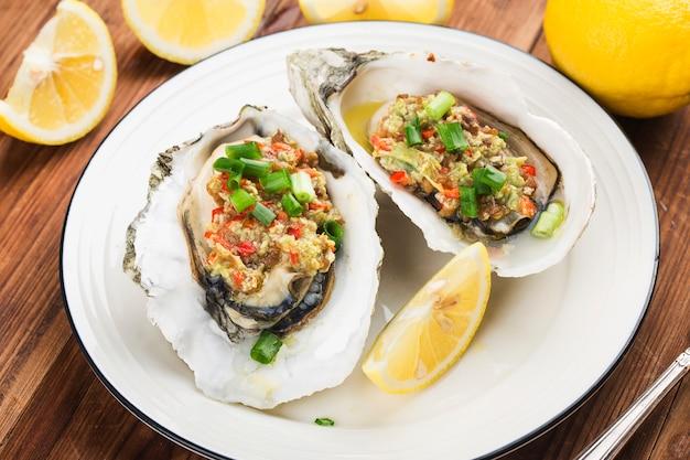 Barbacoa horneado de ostras frescas abiertas con ajo,
