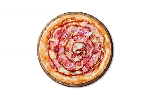 Barbacoa italiana tradicional de la pizza en el tablero de madera aislado en el fondo blanco para el menú