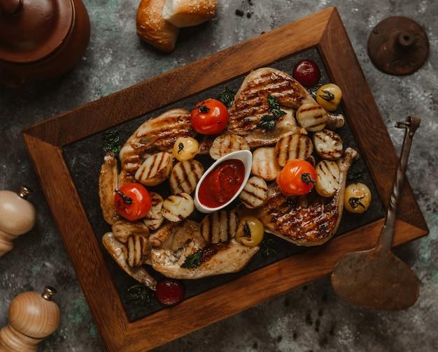 Barbacoa de pollo con rancho de barbacoa y tomates.