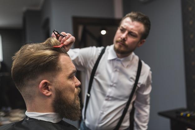 Barbero peinado del cliente