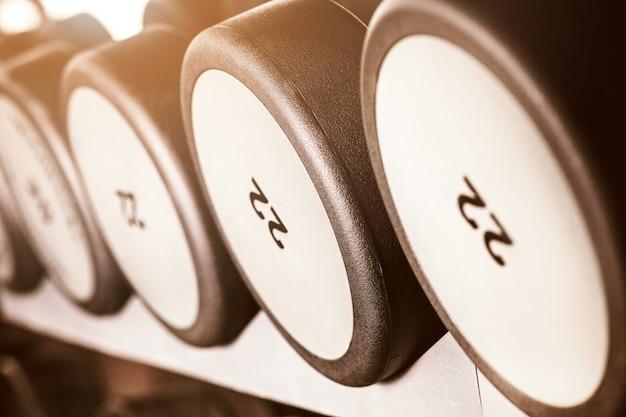 Barbillo pesas en el gimnasio