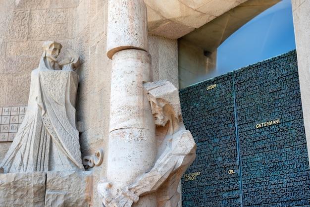 Barcelona, españa - 27 de mayo de 2016: estatua en la fachada de la sagrada familia en barcelona, españa