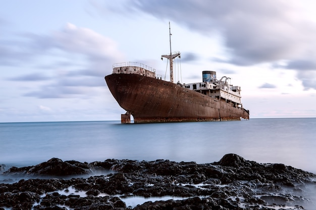 Barco abandonado en el hielo