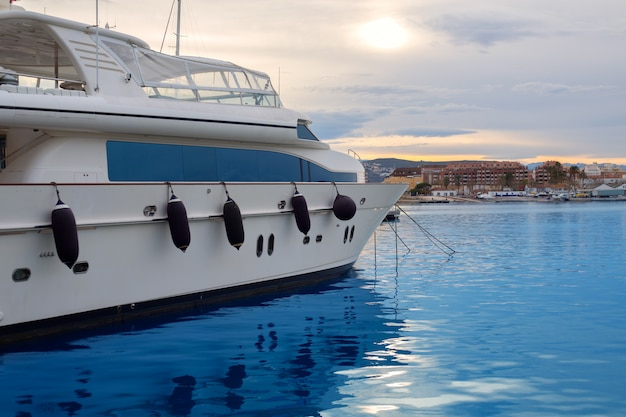Barco amarrado en marina mediterránea en denia alicante.