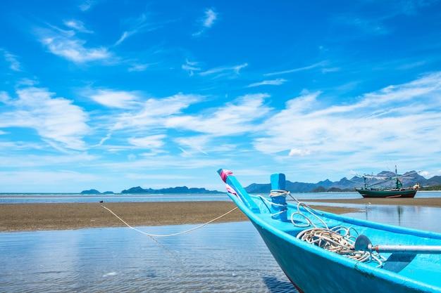 Barco azul y mar en verano