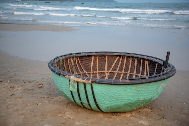 Barco de bambú tradicional de la cesta de vietnam en la playa en da nang, vietnam.