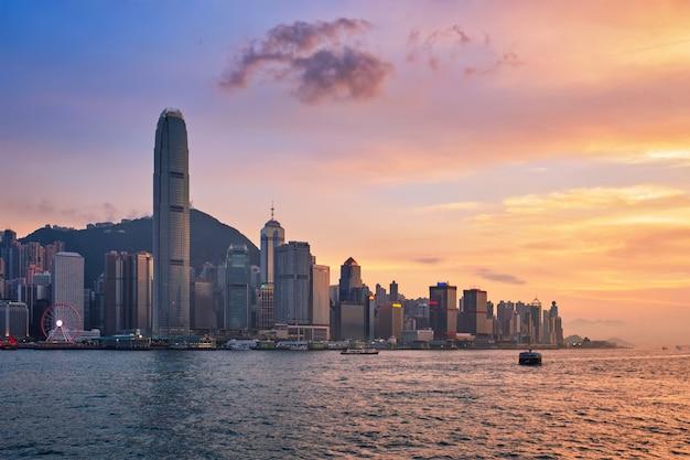 Barco basura en el puerto victoria de hong kong