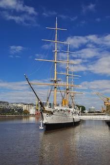 El barco en buenos aires, argentina.
