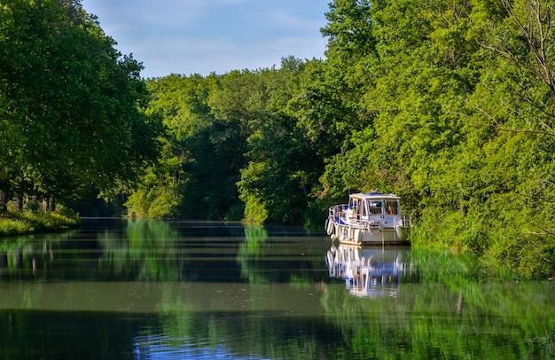 Barco en canal du midi, viaje en barcaza y vacaciones en el sur de francia