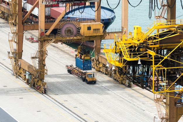 Barco de carga de carga de contenedor con puente de carga de grúa de trabajo en astillero