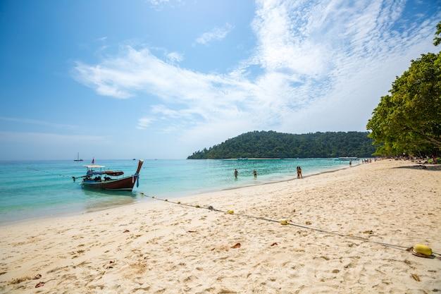 Barco de cola larga en playa tropical, krabi, tailandia