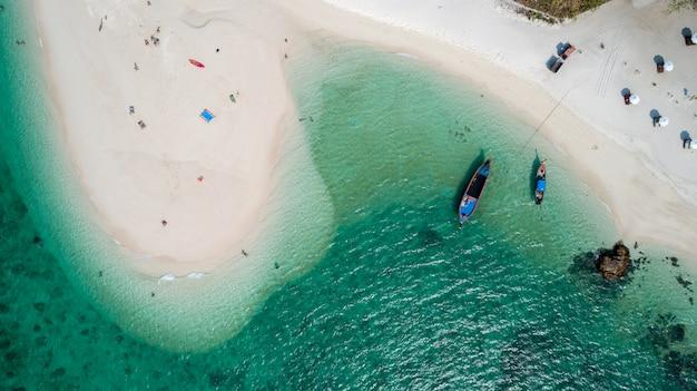 Barco de cola larga vista aérea en la isla de lipe de tailandia