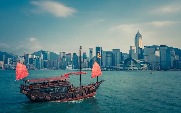 Barco comercial en el puerto de victoria