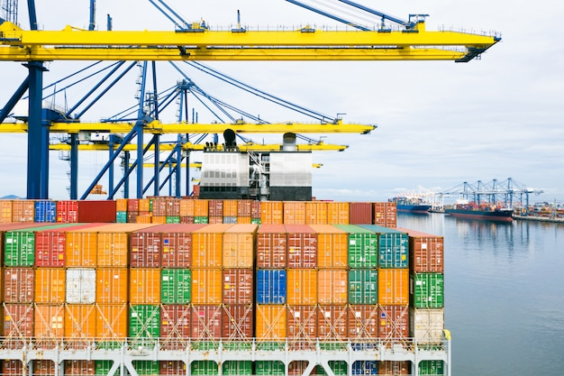 Barco de contenedores de vista trasera. transporte logístico empresarial flete marítimo, buque de carga