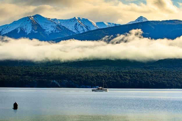 Barco de crucero en el lago te anu southland nueva zelanda