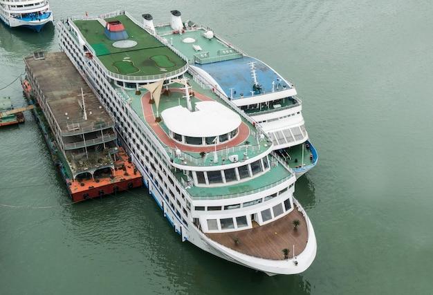 Un barco de cruceros grande atracó en el río yangtze, chongqing, china.