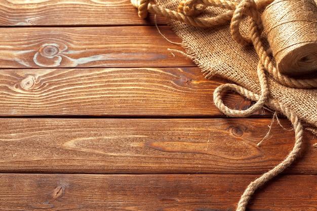 Barco cuerda en el fondo de madera