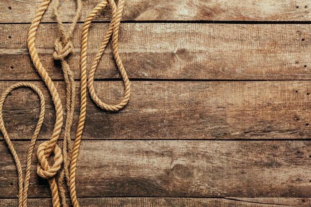 Barco cuerda sobre fondo de madera