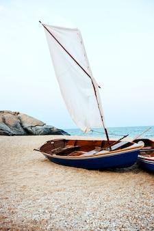 Barco de vela sea shore lifesaver flota life boya rock formation concept