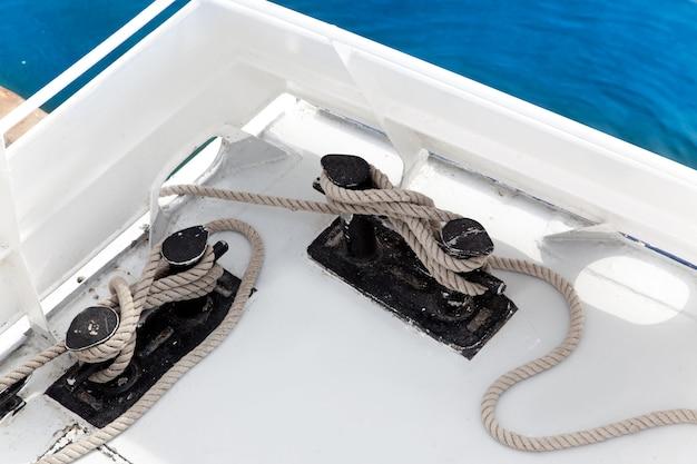 Barco doble bitt con cuerda amarrada en puerto.