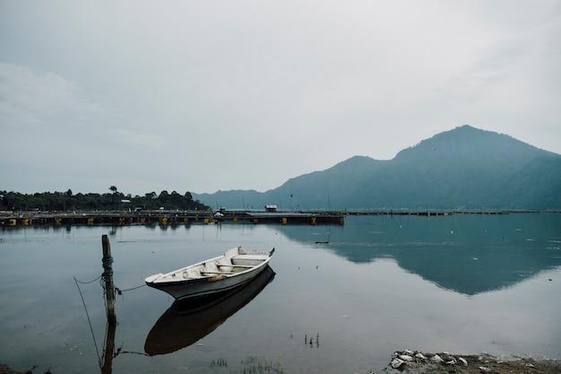 Barco de estacionamiento en el lago