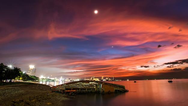 Barco se estrella en la playa de pattaya y fuegos artificiales