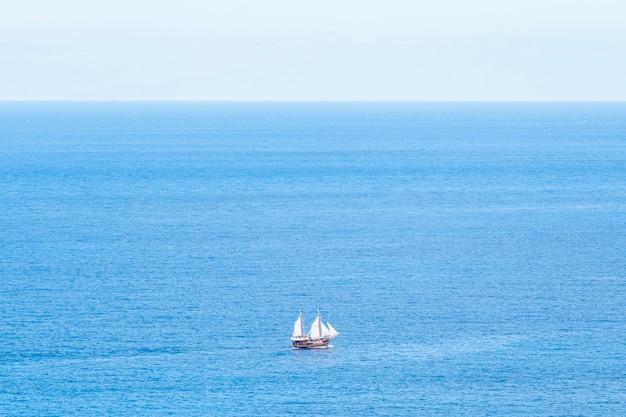 Barco extremadamente largo en el mar