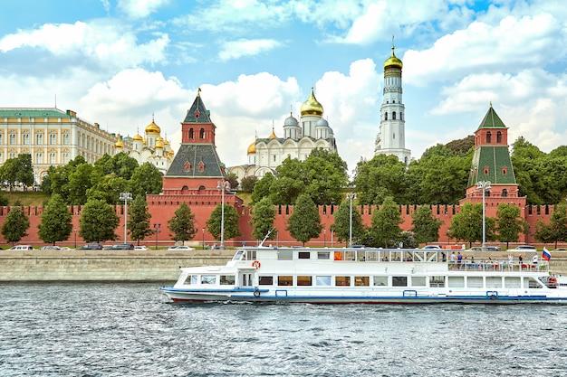 Barco fluvial frente al kremlin