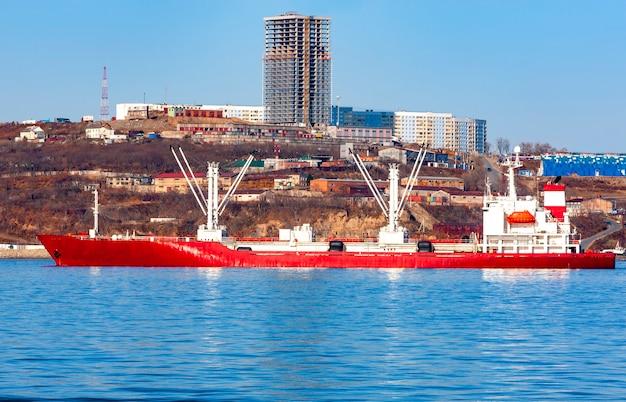 Barco frigorífico en el puerto de vladivostok
