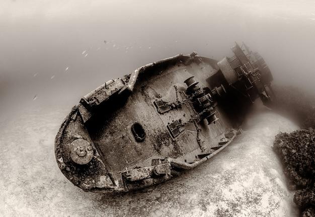 Barco hundido en el fondo del mar