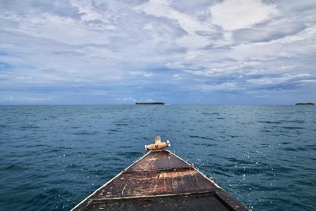 El barco en la isla de zanzíbar, tanzania