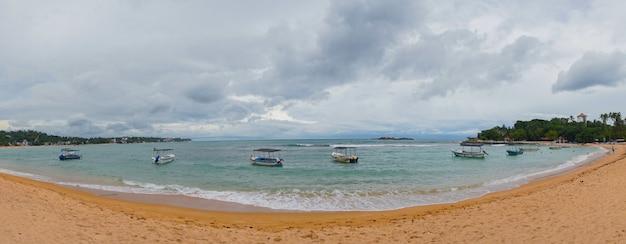 Barco en la laguna en la playa.