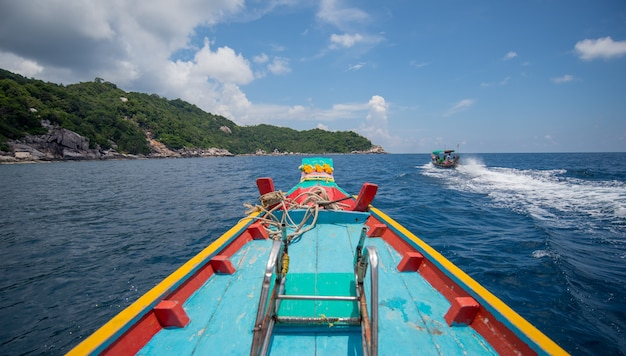Barco de madera en un cielo tropical perfecto de la imagen con las nubes y el océano en la isla de koh tao, tailandés