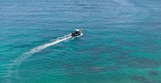 Barco de madera en el mar, koh tao, tailandia