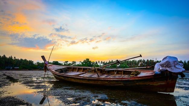 Barco de madera en la playa en la mañana