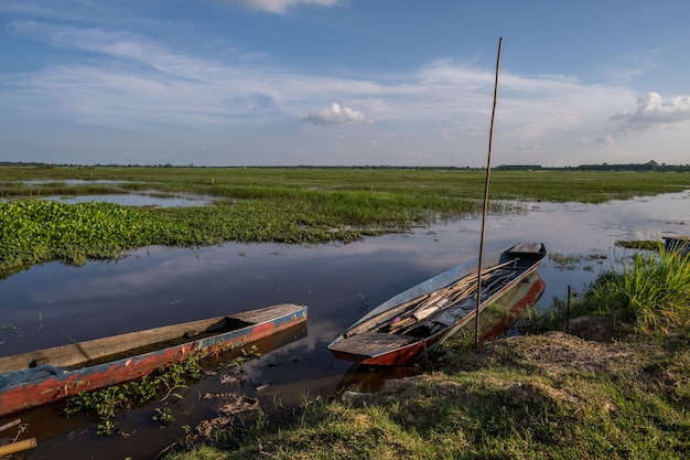 Barco de madera tradicional en el lago huay saneng, surin, tailandia