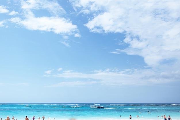 Barco va en el mar azul bajo el cielo azul profundo