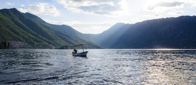 Barco en el muelle en la bahía al atardecer mar adriático hermosa vista