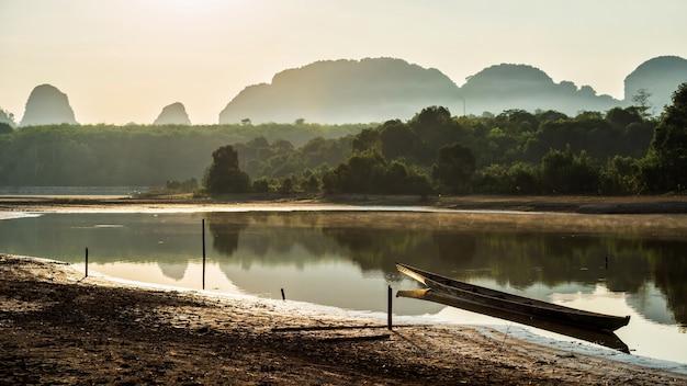 Barco en nong thale en la mañana, krabi