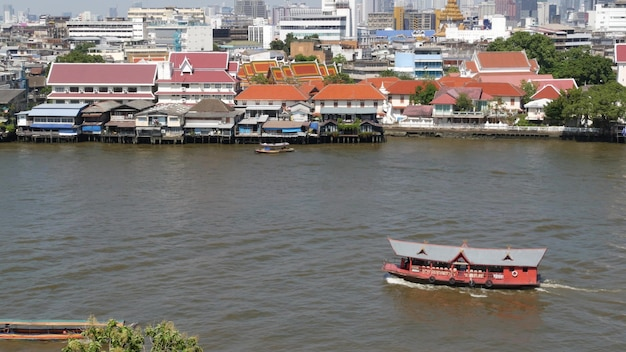 Barco oriental flotando en el río en la ciudad de krungthep