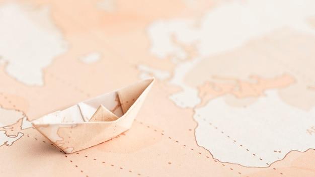 Barco de origami pequeño de ángulo alto